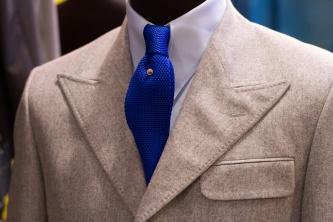 Нетривиальные лацканы и нагрудный карман с клапаном в стиле 30-х