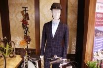 Пиджаки, застёгнутые на все пуговицы, вообще стали лейтмотивом оформления выставки